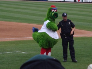 The Philly Phanatic tries to get the Omar Vizquel arrested.